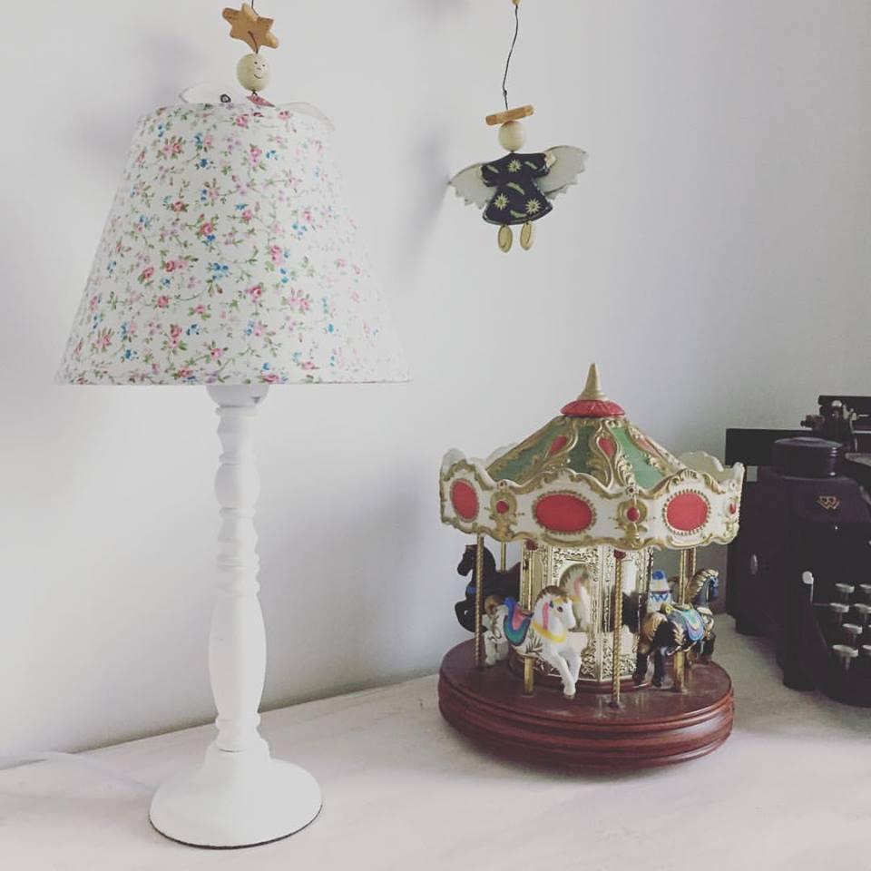 Gemütliche Lampe im Galeriezimmer
